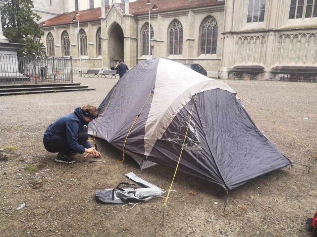 Das erste Zelt steht....